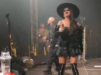 Известная певица опозорилась на концерте, в мини-юбке попав под поток ветра от вентилятора (ВИДЕО)