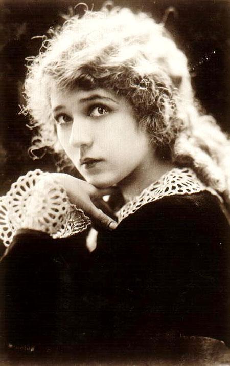 В то время пластические операции были делом опасным, и актеры зачастую выступали в роли подопытных кроликов. Поэтому врачей за глаза прозвали «мясниками». И небезосновательно. Например, Мэри Пикфорд...