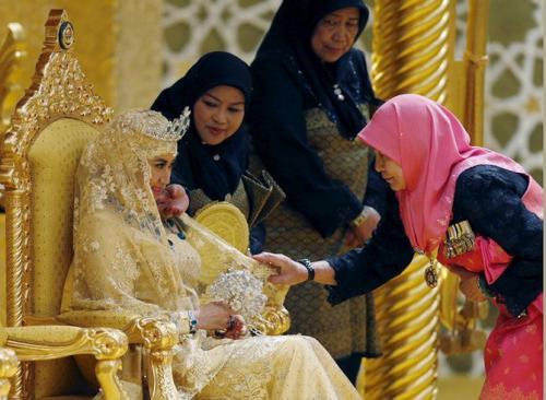Принц Брунея и его избранница были одеты в свадебные одеяния, вышитые настоящим золотом, а букет невесты был сделан из драгоценных камней.