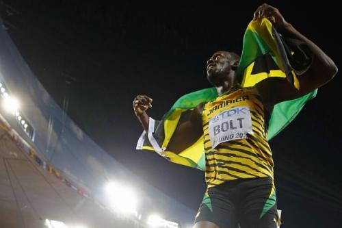 Усэйн Болт Самый быстрый 29 лет, Ямайка Легкая атлетика, спринт  У ямайского спринтера Усэйна Болта полно болельщиков по всему миру. И условно их можно разделить на две категории: одни им просто восхищаются, другие пытаются понять, как можно развивать скорость 37,5 км в час. А потом, когда не находят ответа, восхищаются вместе с остальными. На Олимпиаде в Лондоне Болт стал первым в истории человеком, который смог защитить свои золотые медали в беге на 100 и 200 м.