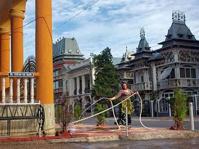 К его клану Колдаш принадлежит около 300 семей, и минимум половина из них имеет дома стоимостью от 3 миллионов евро.
