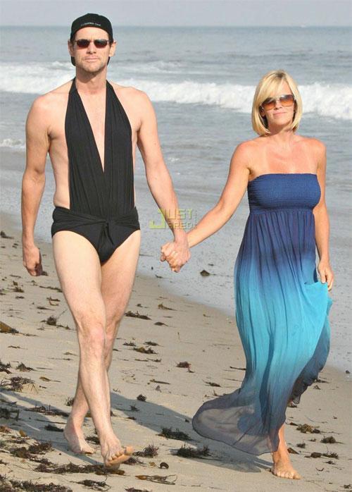 Жена переодевается на пляже при друзьях