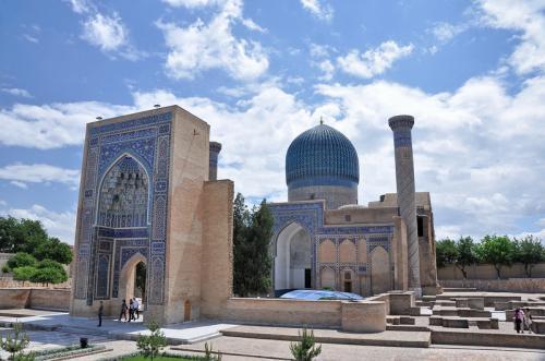 """""""Гробница Мира"""". Самарканд Этот мавзолей был воздвигнут в память о славе Амира Тимура - азиатского завоевателя( известен как Тамерлан). Первоначально мавзолей был предназначен для Мухаммеда Султана, который умер во время военного похода. Композиции внутри мавзолея отличаются монументальностью, крупными размерами и живописной красотой."""