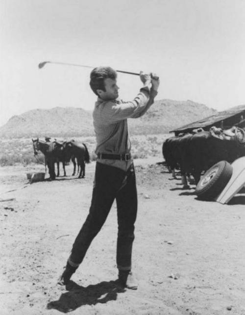Клинт Иствуд играет в гольф на съемках фильма «Хороший, плохой, злой», 1966 год