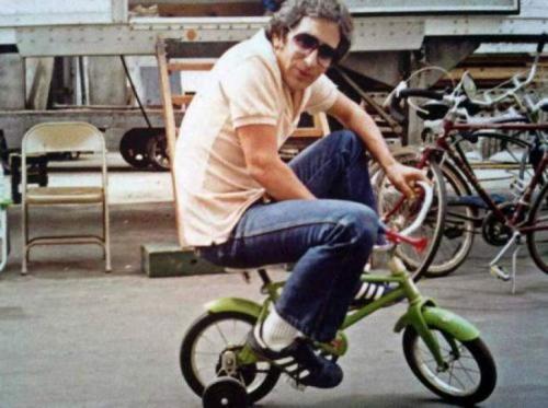 Стивен Спилберг катается на детском велосипеде по павильону MGM во время съемок фильма «Полтергейст», 1981 год