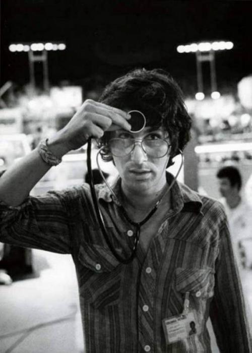 Стивен Спилберг со стетоскопом на съемках фильма «Близкие контакты третьей степени», 1977 год