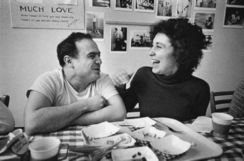 Денни де Вито и его жена Реа Перлман во время перерыва на съемках фильма «Пролетая над гнездом кукушки», 1975 год