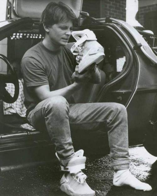 Майкл Дж. Фокус рассматривает кроссовки «из будущего» Nike MAG на съемках фильма «Назад в будущее 2», 1989 год