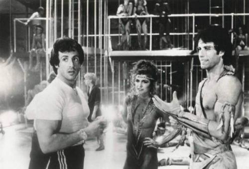 Сильвестр Сталлоне, Финола Хьюз и Джон Траволта на съемках фильма «Остаться в живых», 1983 год