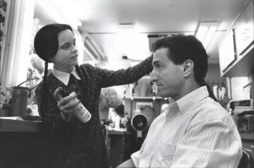 Кристина Риччи и сценарист Пол Рудник на съемках фильма «Ценности семейки Аддамс», 1993 год
