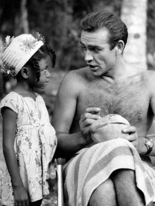 Шон Коннери подписывает кокос для маленькой фанатки из Ямайки на съемках фильма «Доктор Ноу», 1962 год