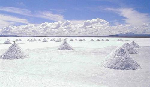 Кроме того, это  одно из самых плоских мест на Земле и лежит оно на высоте около 3700 метров…
