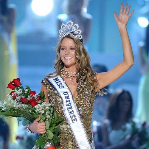 Дженнифер Хоукинс, Австралия. «Мисс Вселенная — 2004». 21 год, рост 180 см, параметры фигуры 99−62−92.