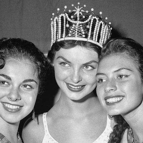 Гладис Сендер, Перу. «Мисс Вселенная — 1957». 19 лет, рост 170 см, параметры фигуры 91,5−60−91,5.