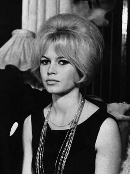Мода 60-х В 1959 году на экраны выходит французский фильм «Бабетта идет на войну» с Брижит Бардо в главной роли. Небрежно взбитая прическа с начесом, несмотря на то, что на её создание у модниц уходит немало времени, становится суперпопулярной.