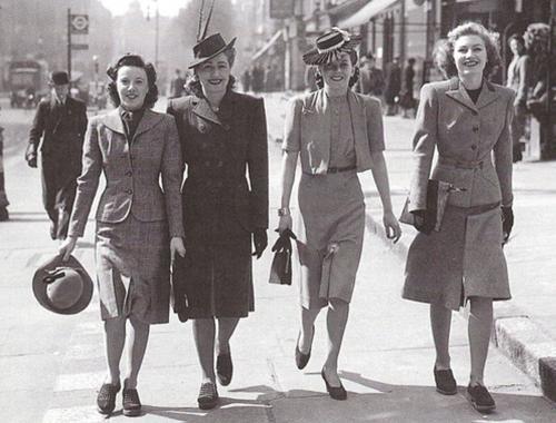 Мода 40-х В то время, одежда в полоску была самой популярной. Началась война, и мир перешел на военизированное положение, поэтому мода 40-х годов претерпела значительные изменения. Женщинам стало некогда думать о макияже и пополнении своего гардероба.