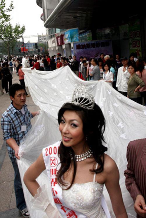 Мисс Тайвань  Ксу Серонг  (Xu Surong) прошлась по центральным улицам Шанхая, демонстрируя  платье со шлейфом длинной  100 метров…