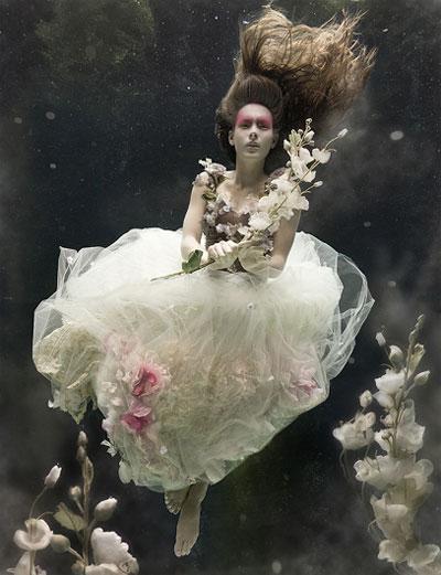 Есть и «подводный визажист», который помогает Зене решать почти невозможную задачу косметики под водой…