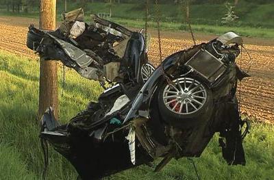Автомобиль футболиста был отброшен в дерево и затем приземлился в поле. Никакие другие автомобили в несчастный случай вовлечены не были.