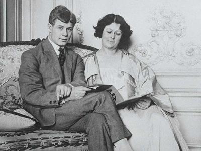 Айседора Дункан (Isadora Duncan), 26 мая 1877 - 14 сентября 1927 52-летняя американская танцовщица-новатор, основоположница свободного танца, и жена поэта Сергея Есенина трагически погибла в Ницце, удушившись собственным шарфом, попавшим в ось колеса автомобиля, на котором она совершала прогулку.