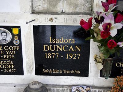 Ее последними словами были: «Прощайте, друзья! Я иду к славе». Прах Айседры покоится в колумбарии на кладбище Пер-Лашез.