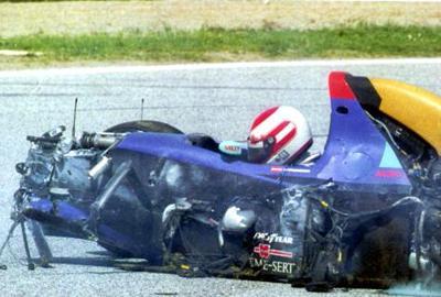 На третьем этапе гонок к болида Ратценберга оторвалось поврежденное на предыдущем круге переднее антикрыло. Оно попало под днище машины и лишило ее управления, - на скорости 315 км/ч австриец влетел в отбойник.