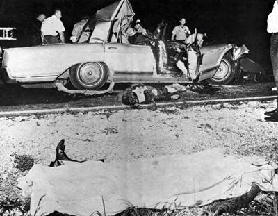 Автомобиль был превращен в груду искореженного металла въехавшим в него грузовиком. Одной из распространенных версий гибели знаменитой актрисы стал возможный заговор против нее братьев Кеннеди, - по слухам, у обоих была любовная связь с Мэнсфилд.