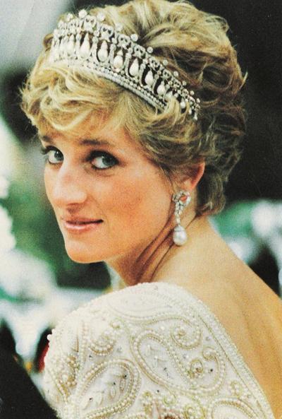 Диана, принцесса Уэльская (Diana, Princess of Wales), 1 июля 1961 - 31 августа 1997 36-летняя жена принца Чарльза, одна из самых величайших и влиятельных личностей в истории Великобритании, была похоронена в семейном поместье в Нортгемптоншире, на уединенном острове посреди озера.