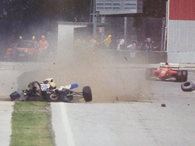 Машина Сенны неожиданно сорвалась с трассы и на скорости около 218 км/ч врезалась в бетонную стену. Когда стало понятно, что гонщик остается неподвижным в машине, гонка была остановлена, к месту аварии прибыли медики.