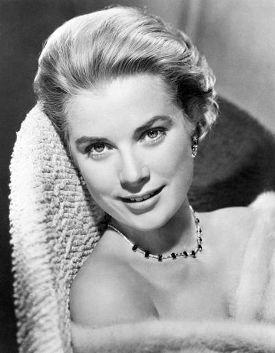 Грейс Келли (Grace Kelly), 12 ноября 1929 - 14 сентября 1982 Княгиня Монако и американская актриса, среди наиболее известных киноработ которой такие фильмы, как «Ровно в полдень» (1952), «Могамбо» (1953), «Окно во двор» (1954), «Поймать вора» (1955), погибла в автокатастрофе в возрасте 52 лет.