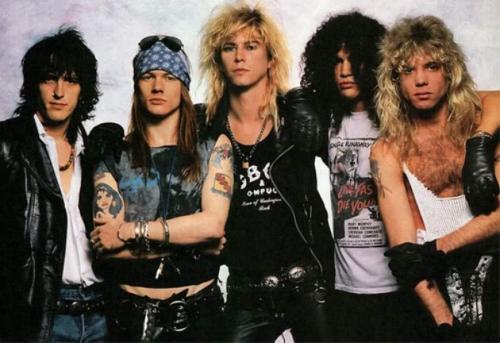 Guns N Roses Группа представляла собой не только музыкальное открытие, но внешне представляла собой классический рок-н-ролльный коллектив. На них хотели быть похожи парни, ну а девушки мечтали быть с ними.