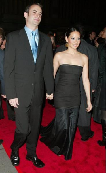 По слухам, сейчас сердце прекрасной китаянки свободно. Ее помолвка с американским сценаристом Заком Хельмом так и не завершилась свадьбой.