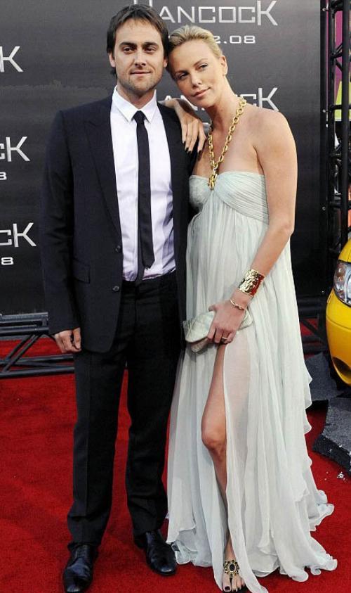 В 2002 году Терон познакомилась на съёмках фильма «24 часа» со Стюартом Таунсендом, с которым стала встречаться. Позже они вместе снимались в фильме 2004 года «Голова в облаках», а также в фильме «Эон Флакс». Они считались одной из самых прочных пар в Голливуде, однако в итоге решили расстаться. Сообщалось, что это произошло после рождественских каникул в Мексике, когда Терон перестала носить кольцо, подаренное ей Стюартом в знак их союза.