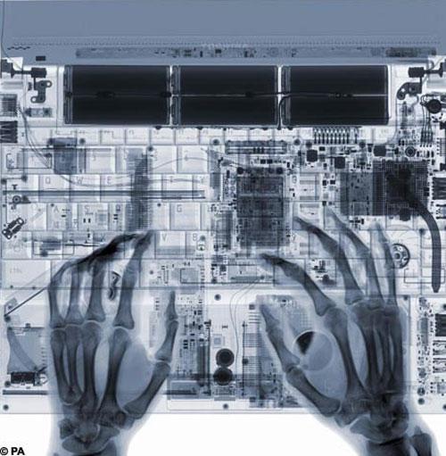 А вот так, в интерпретации фотохудожника,  могут выглядеть и ваши руки за клавиатурой ноутбука…