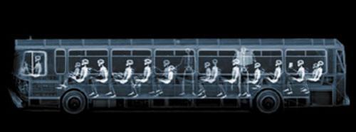Этот снимок, также как и снимок автобуса, сделан с помощью устройства, которое обычно используется американской полицией на границе, чтобы просвечивать в целях безопасности  транспортные средства…