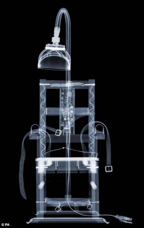 ...И электрический стул, опутанный зловещими проводами...