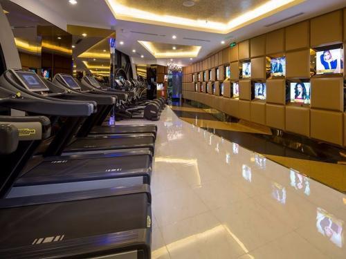 Телевизоры на стене напротив не дают заскучать во время тренировки.
