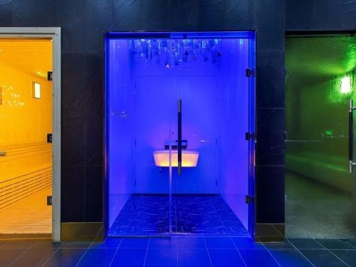 В специальной зоне есть персональные кабинки, которые функционируют как сауна, баня, хамам или, наоборот, ледяная комната.