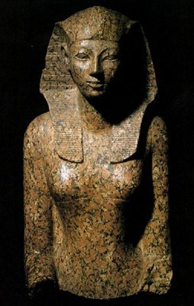 """Раз рядом с """"толстой женщиной"""" была найдена сиделка Хатшепсут, то вторая мумия, скорее всего, принадлежит царице. Здесь стоит отметить, что любовь Хавасса к сенсациям могла бы сыграть скверную шутку, но дело в том, что  с подобной гипотезой выступала и Элизабет Томас, одна из влиятельных американских египтологов второй половины XX века."""