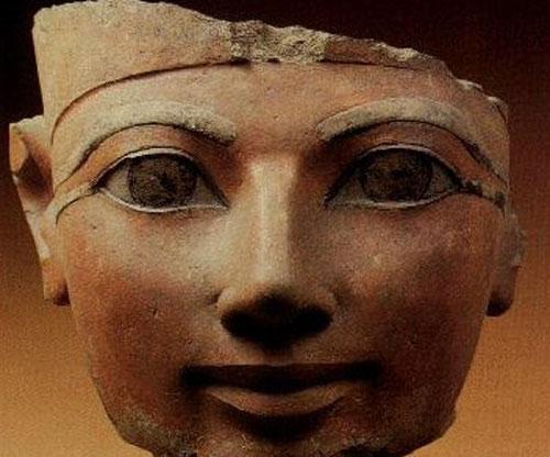Хатшепсут  доводилась дочерью фараону-завоевателю Тутмосу I, сводной сестрой и женой Тутмосу II и мачехой Тутмосу III. Она была одной из очень немногих цариц Древнего Египта, принявшей титул фараона…