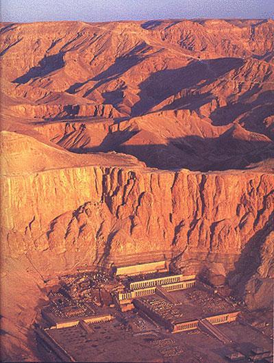 На троне Хатшепсут провела 21 год. На родине же она оставила по себе память как фараон-строитель - по ее инициативе в Карнаке были отреставрированы старые храмы и возведены новые святилища, а на западном берегу Нила она предприняла строительство колоссального погребального комплекса Джесер Джесеру.