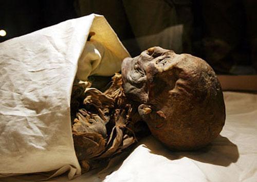 При исследовании Джесер Джесеру мумии царицы там обнаружить не удалось. Раскопками ее погребального комплекса занимался Говард Картер, которому спустя почти двадцать лет посчастливилось открыть гробницу Тутанхамона…В 1903 году параллельно с работой в Джесер Джесеру Говард картер изучал погребение KV60 в Долине царей. В ограбленном еще в древности комплексе он нашел две женские мумии. Одна лежала в саркофаге, другая была брошена на полу…