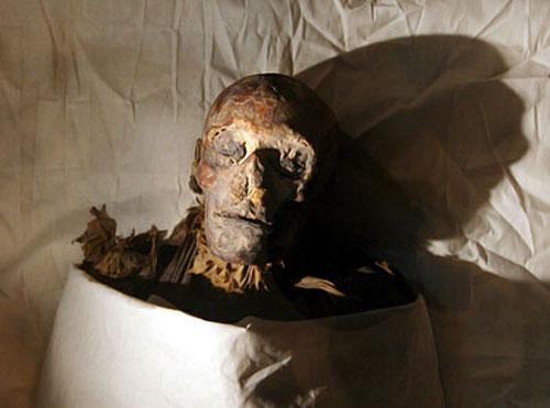 Картер, которому хронически не хватало ни времени, ни рабочих, ни денег, запечатал гробницу. В 1906 году ее исследовал еще один выдающийся британский египтолог - Эдвард Эйртон. Ему удалось прочесть имя женщины в саркофаге: ее звали Ситре-Ин, и она была сиделкой Хатшепсут. Вторую мумию, найденную на полу, Эйртон опознать не смог, и она отправилась безымянной в Каир.