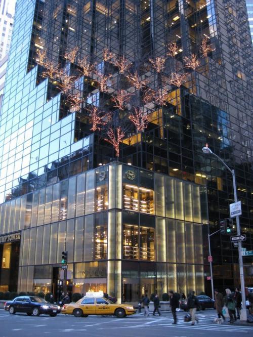"""6. Башня Трампа на Манхеттене – $ 371 млн.Как-то раз название принадлежащего избранному президенту США Дональду Трампу нью-йоркского небоскреба в картах Goоgle на несколько часов изменили на Dump Tower (в переводе это значит """"мусорная башня"""").  Этот 58-этажный небоскреб на Манхэттене находится на пересечении 56-й улицы и Пятой авеню, и является домом для Дональда Трампа и его семьи. На сегодняшний день в Башне Трампа также живут Криштиану Роналду и Брюс Уиллис.  Эта высотка сыграла в «Бэтмене», а именно в третьей части саги («Темный рыцарь: возрождение легенды») — это здание, в котором находится компания «Wayne Enterprises»."""