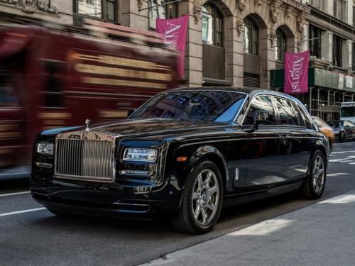 """14. Rolls-Royce Phantom – более $ 500 000. Это второй Роллс-Ройс Дональда Трампа. У него также имеется модель 1956 года, Rolls-Royce Silver Cloud, один из старейших в коллекции.  Этот автомобиль был задуман в попытке создать """"лучший автомобиль в мире"""", и его пассажиры должны себя ощущать парящими на волшебном ковре в стиле Аладдина. Как сообщается на сайте Rolls-Royce, этот конкретный автомобиль """"инкапсулирует в себе всю современную роскошь"""", что идеально подходит для Трампа.  Стоимость - не менее $500,000."""