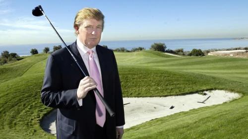 8. Десять полей для гольфа – $ 206 млн.Дональд Трамп любит гольф. Причем не только загонять мячи в лунки, но и приобретать поля для гольфа, делая из них фешенебельные гольф-курорты. Когда речь заходит о самых дорогих активах Трампа, нельзя не упомянуть десять полей для гольфа, разбросанные по шести штатам. И Трамп владеет ими на 100 %. От побережья Калифорнии до города Нью-Йорка, гольф-поля Трампа можно найти повсюду. И это не говоря уже о трех полях для гольфа в Шотландии и Ирландии, которые стоят еще $ 85 млн.