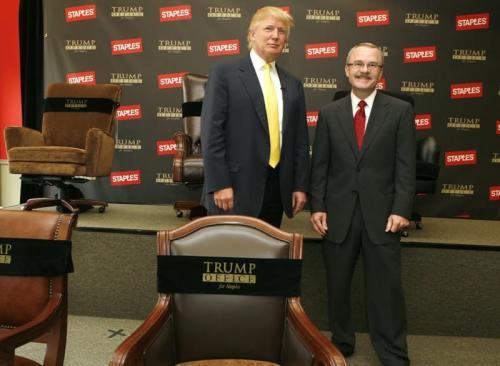 """12. 2. Сайд-проекты под брендом """"Трамп"""" - $ 14 млн.Дональд Трамп имеет много побочных проектов, которые существуют под эгидой Организации Трампа, и отличны от недвижимости.  Лицензионные соглашения позволяют использовать имя Трампа для различных компаний. Благодаря своему успеху на рынке недвижимости и телевидении Трамп смог удачно продать своё имя разным брендам, например: Trump Mortgage (ипотечная компания), Trump Sales and Leasing (продажа жилых домов), Университет Трампа (бизнес-образование), «Рестораны Трампа» (расположены в «Трамп-тауэр» и включают Trump Buffet, Trump Catering, Trump Ice Cream Parlor и Trump Bar), GoTrump (туристический веб-сайт), Donald J. Trump Signature Collection (линия мужской одежды, мужских аксессуаров и часов), парфюм «Дональд Трамп» (2004), Trump Ice bottled water (вода), журнал «Трамп», Trump Golf, Институт Трампа, настольная игра «Трамп» (1989), и даже Trump Super Premium Vodka."""