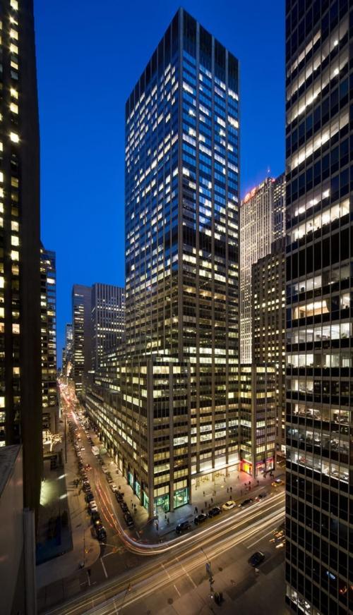 5. Здание на Aмерикас авеню – $ 409 млн.Дом номер 1290 по Авеню Америки арендуют как розничные предприятия, так и офисы. Трамп владеет 30 % этого здания, полная стоимость которого примерно $ 2 310 000 000. Этот бизнес-центр — одна из самых дорогих позиций в списке недвижимости Трампа. Небоскреб располагается рядом с Центром Рокфеллера (Rockefeller Center) и Radio City Music Hall.