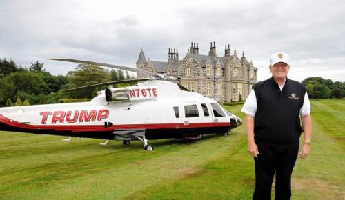 """13. Вертолет Sikorsky S-76 – $ 7 млн. Этот конкретный чоппер заслужил много внимания прессы, и даже был показан на канале CNBC в программе """"Тайная жизнь сверхбогатых"""" в эпизоде с метким названием """"Прокачай мой чоппер"""". Всего у Трампа три вертолета, но этот, Sikorsky S-76 — лучший из всех.  Трамп даже нанял модного дизайнера, чтобы декорировать вертолет 24-каратным золотом, что, впрочем, как вы вскоре убедитесь, в его случае не слишком удивительно. Трамп любит золото. На борт также нанесена крупная надпись """"Трамп"""" броским шрифтом. Было подсчитано, что он вложил в доведение этого агрегата до совершенства дополнительно как минимум $ 750,000."""