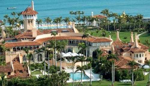 """9. Mar-A-Lago, курорт/клубный отель – $ 150 млн. Это место, где Трамп (вы же знаете, что его фамилия в переводе означает """"козырь""""?) проводит некоторые из своих выходных, отпуск и, предположительно, именно там он получает свой классический загар. Козырный парень владеет 110 000 кв.футов частного клуба в Палм-Спрингс, штат Флорида. Опять же, и это не самая его дорогая недвижимость, но именно тут Трамп проводит много времени."""